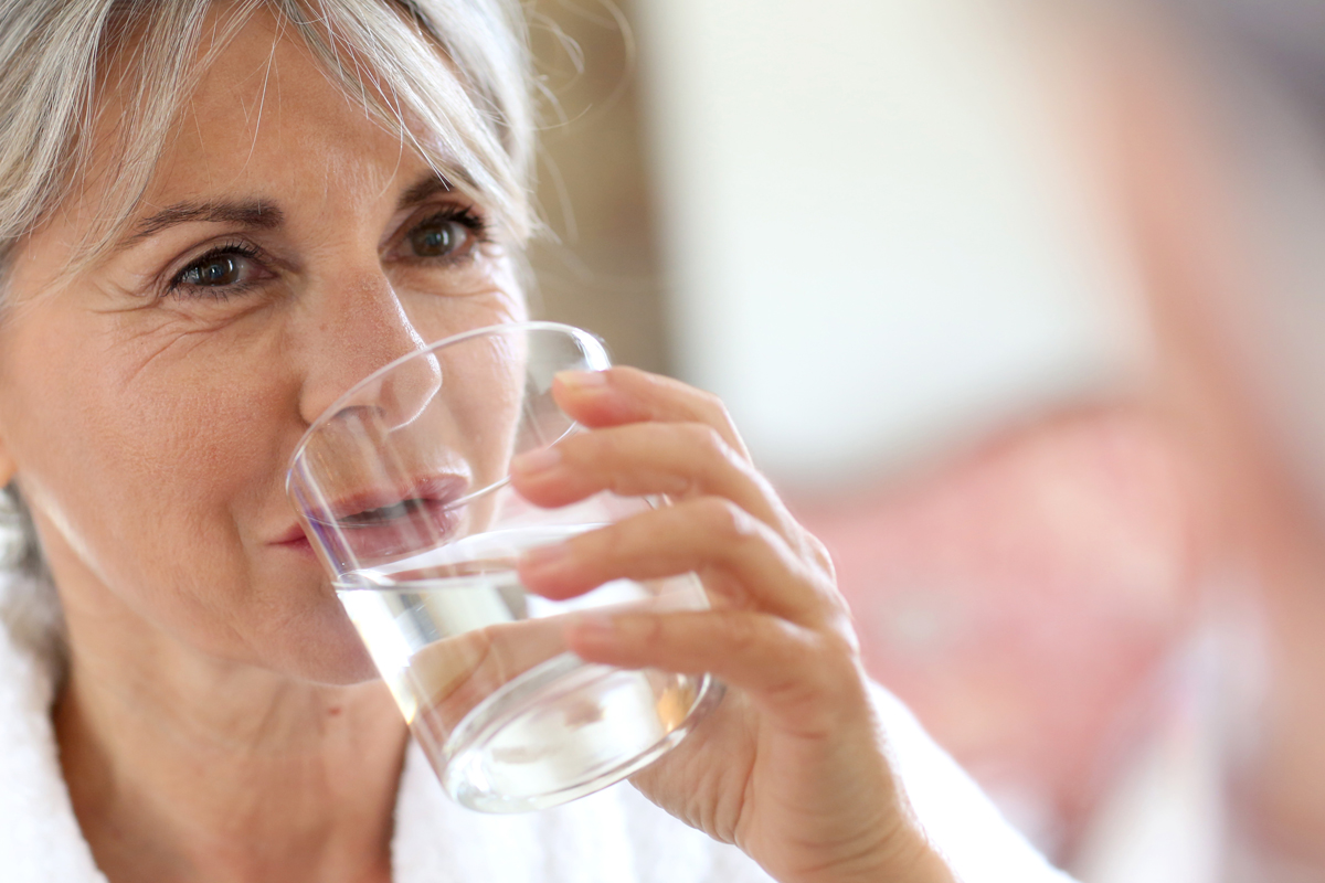 beber-agua-alcalina